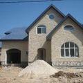 постройка светлого коттеджа с синей крышей от компании город мастеров