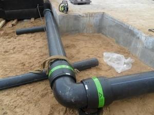 монтаж черных труб водопровода